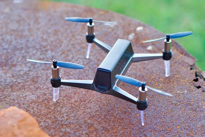 Quadrocopter steht auf einem braunem Deckel