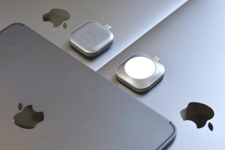 Satechi USB C Ladestation liegt auf Apple ipad und MacBook