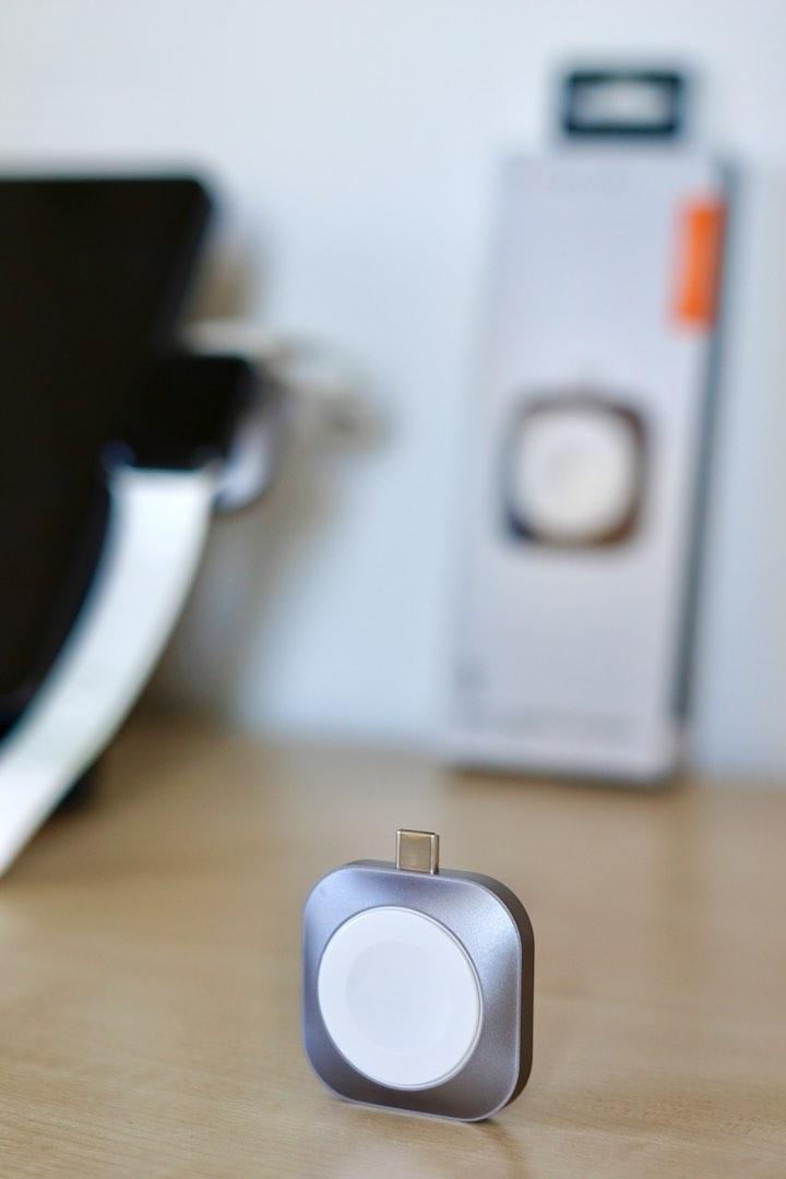 Satechi USB C Ladestation steht vor Verpackung