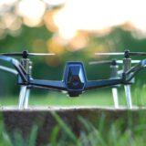 This is eng Quadrocopter steht auf einer Wiese 160x160