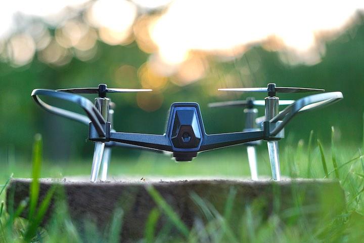 This is eng Quadrocopter steht auf einer Wiese