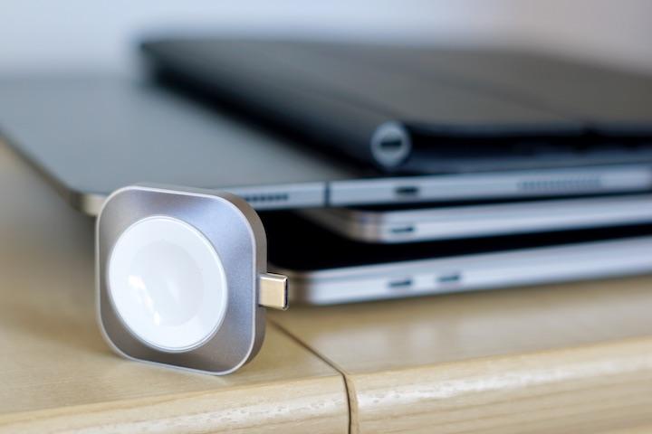 USB C Ladegeraet steht vor mehreren USB C Anschluessen