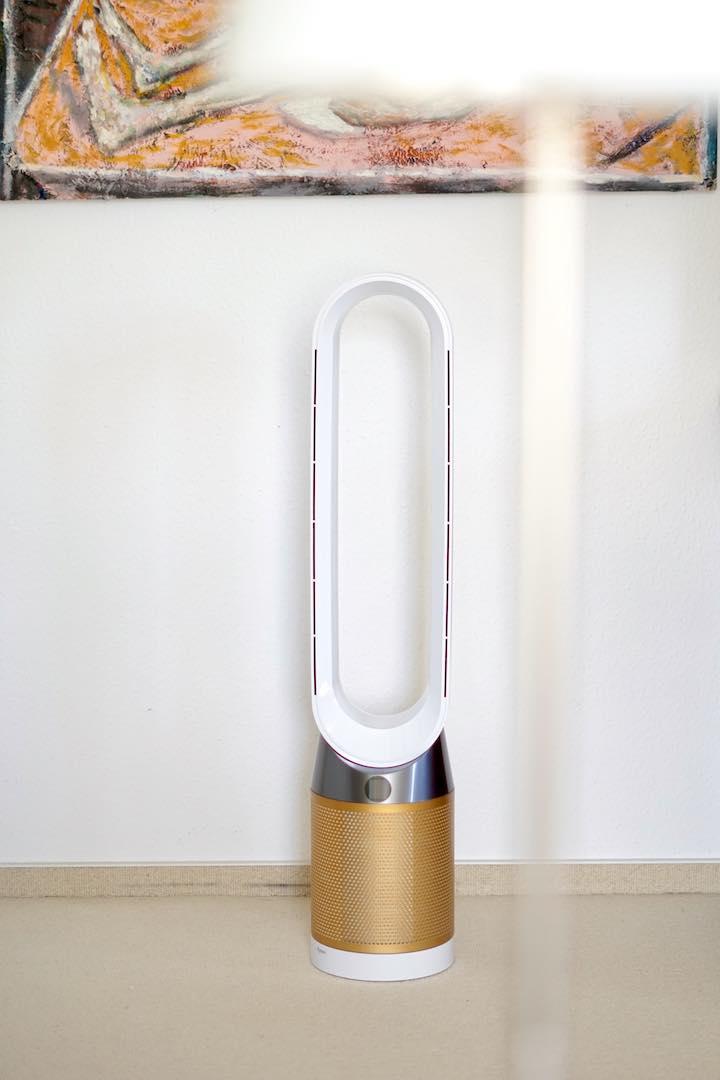 Ventilator steht vor einer Wand im Wohnzimmer