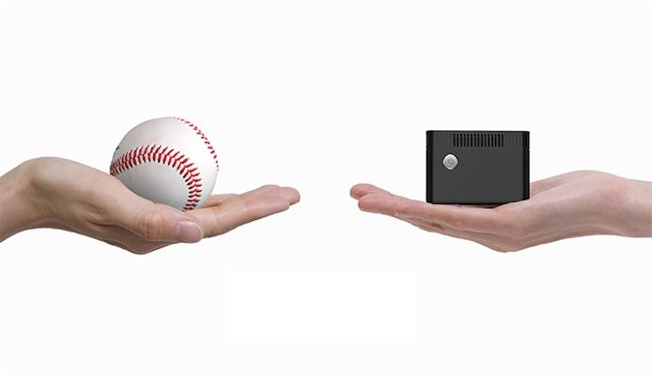 Zwei Haende halten einen Baseball und einen kleinen Computer