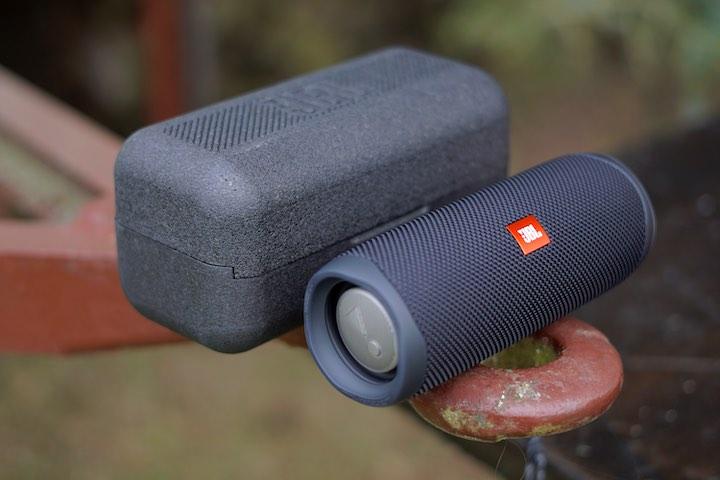 Bluetooth Lautsprecher liegt vor einem schwarzen Case