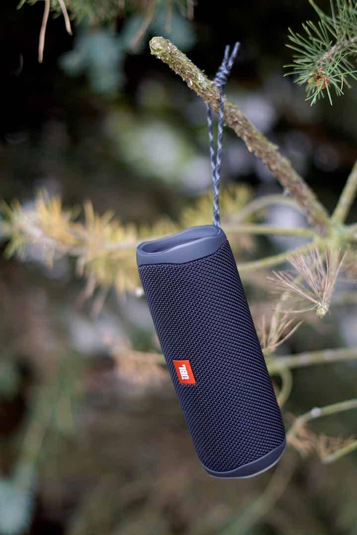 JBL Flip 5 haengt in einem Baum