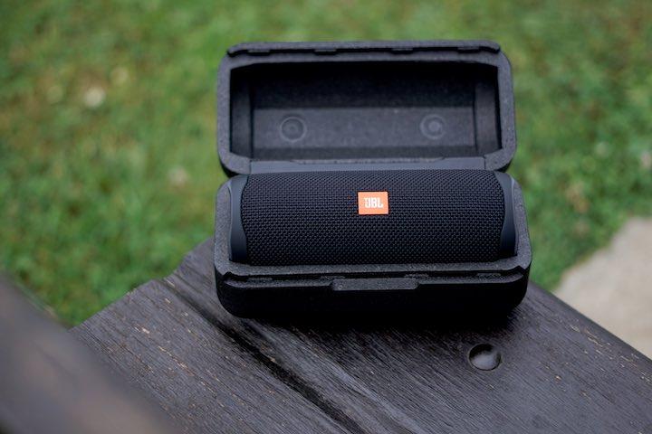Musik Box liegt in einem schwarzen Karton auf einer Bank im Freien