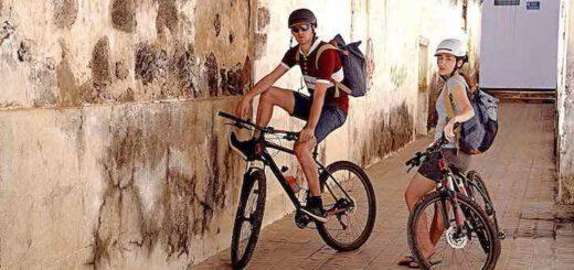 Paar traegt LIVALL BH51M Helme mit Fahrrad