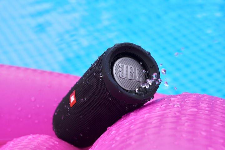 Wasser spritzt aus einem Bluetooth Lautsprecher
