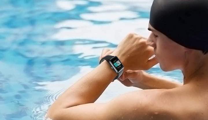 Willfull Smartwatch am Handgelenk eines Schwimmers