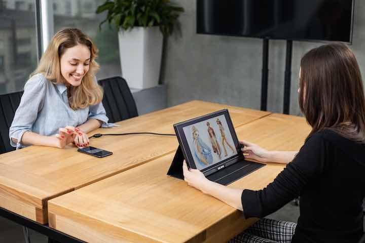 business meeting mobiler bildschirm 4k