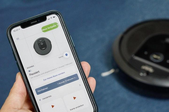 Hand haelt iPhone mit iRobot App fest