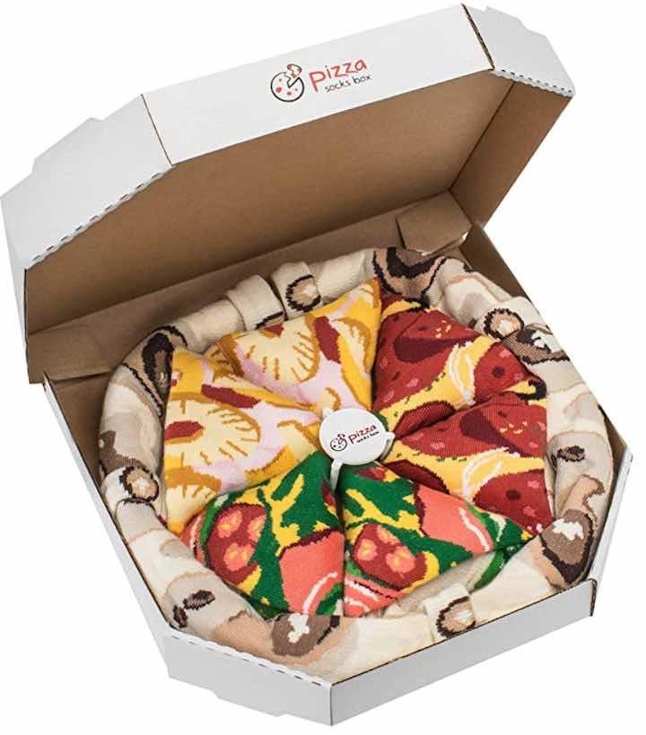 Pizza aus Socken in Karton