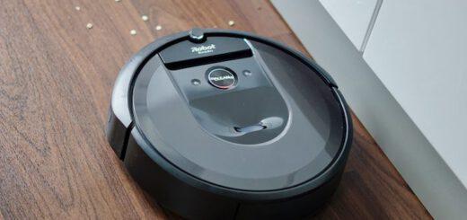 Roomba i7+ Saugroboter faehrt auf Linoleum auf Dreck zu