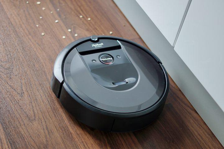 Roomba i7 Saugroboter faehrt auf Linoleum auf Dreck zu