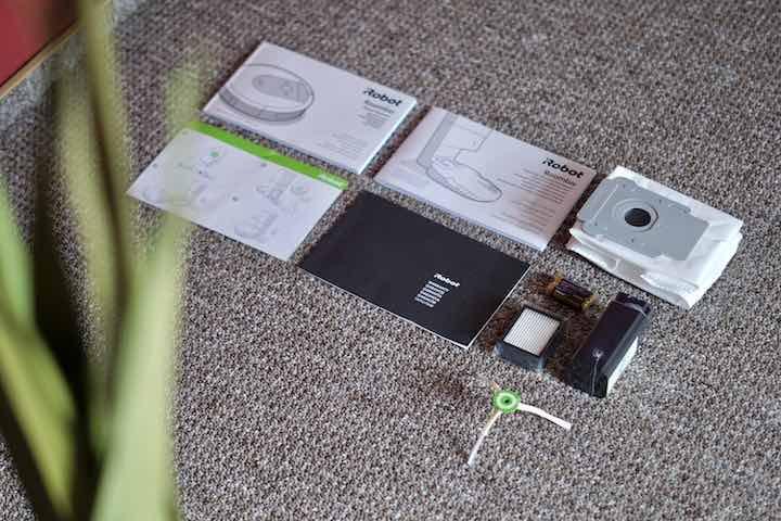 iRobot Roomba Saugroboter Lieferumfang liegt auf Teppichboden