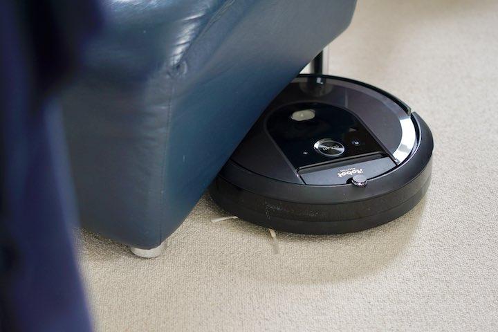 iRobot Staubsauger ist unter einem Sessel