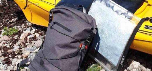 iamrunbox Spin Bag lehnt an Kajak