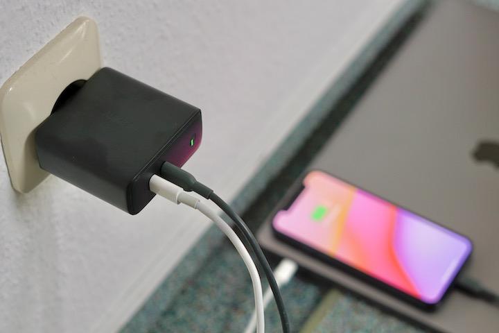 Aukey 60W Ladegeraet laedt ein Smartphone und Laptop