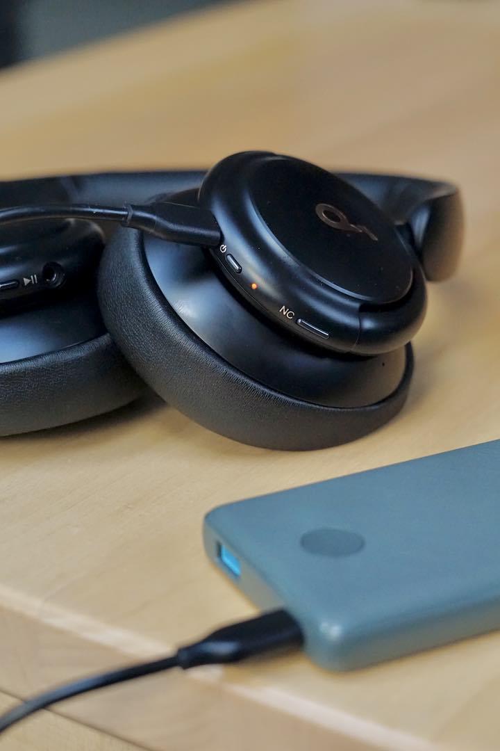 Bluetooth Kopfhoerer laden an einer Powerbank