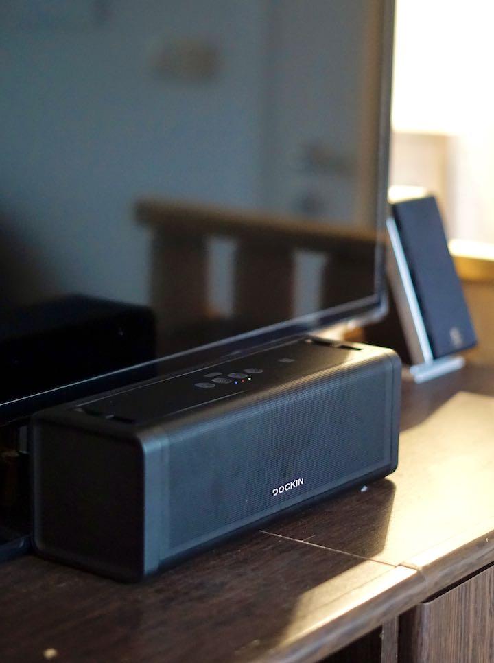 Bluetooth Musikbox steht vor einem Fernseher