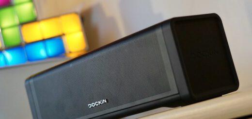 Dockin D Fine 2 Lautsprecher steht im Regal vor einer Lampe 520x245