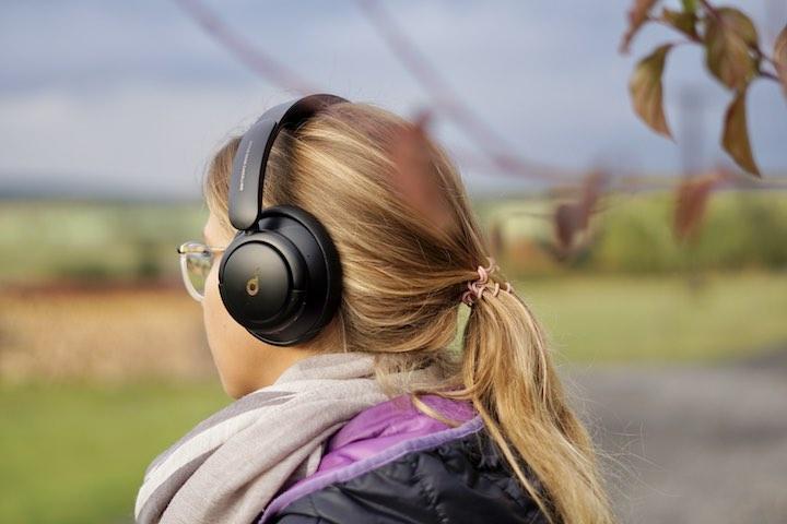 Frau hat Soundcore Life Q30 auf dem Kopf