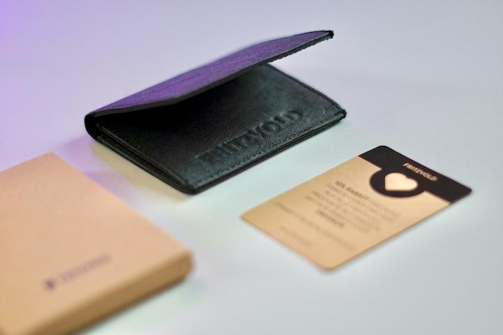 Fritzvold Tiny Wallet Lieferumfang liegt auf einem Tisch
