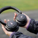 Haende halten Bluetooth Kopfhoerer fest 160x160