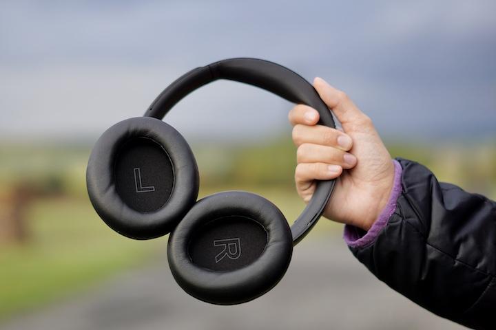 Hand haelt Bluetooth Headset fest