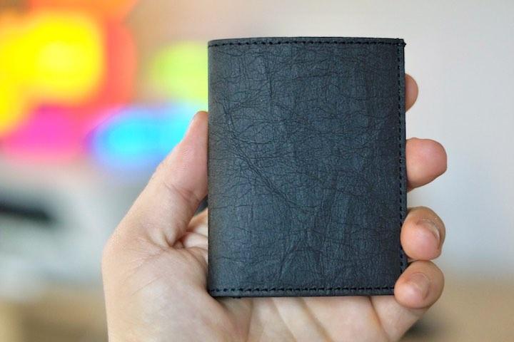 Hand haelt Slim Wallet fest