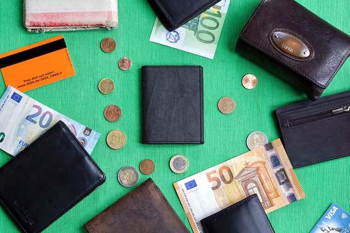 Kleingeld Scheine und Geldbeutel liegen nebeneinander