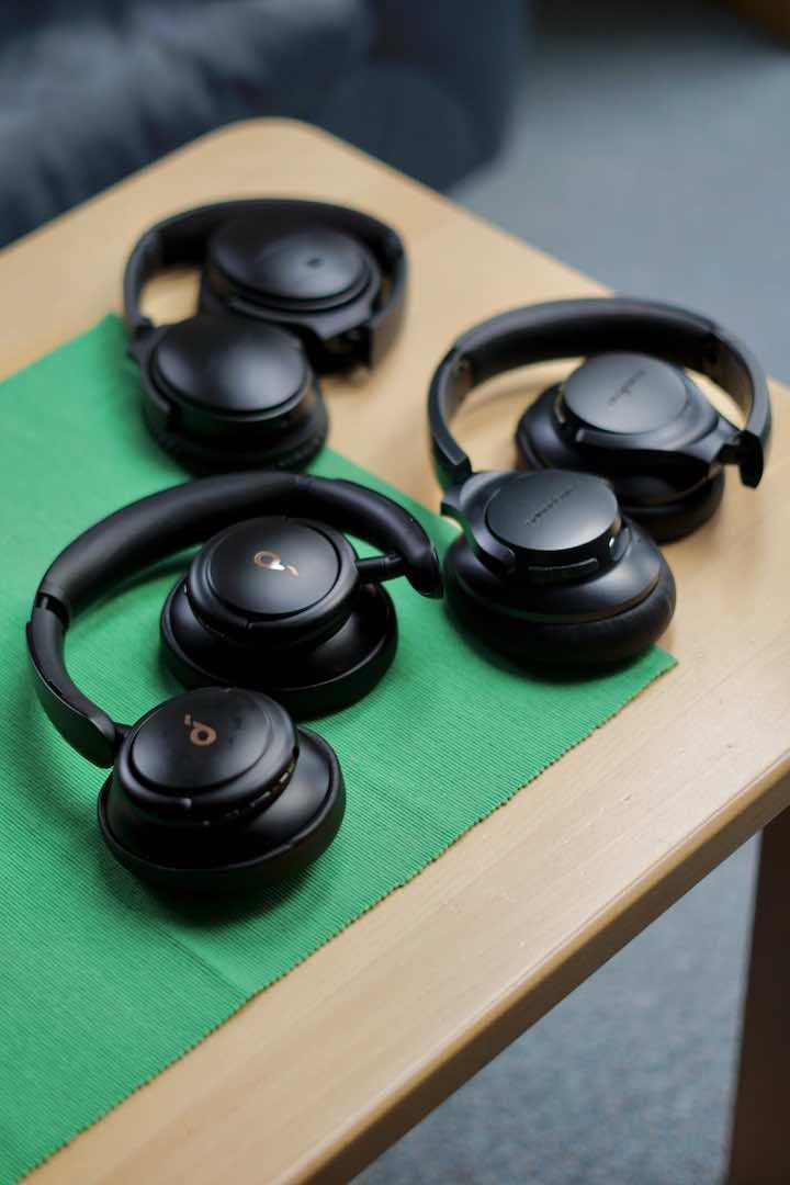 Mehrere Headsets liegen auf einem Tisch