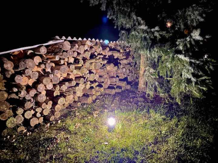 Olight Campinglampe steht vor einer Holz Schicht