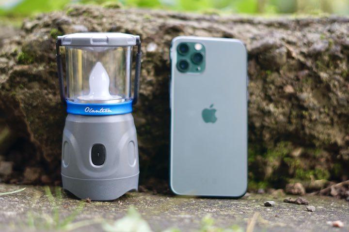 Olight Lampe steht neben einem iPhone 11 Pro