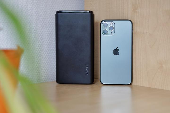 Powerbank steht neben einem iPhone 11 Pro