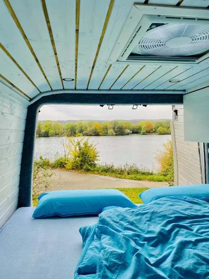 campervan aussicht auf einen see autark stehen