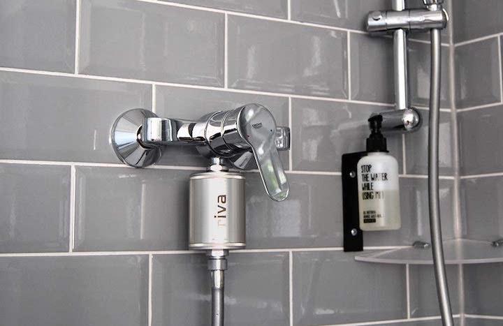 rivaAlva Duschfilter SkinHair an Dusche installiert