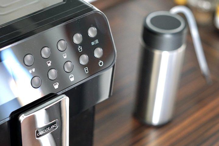 Bedienfeld eines Kaffeevollautomaten der Marke Cecotec