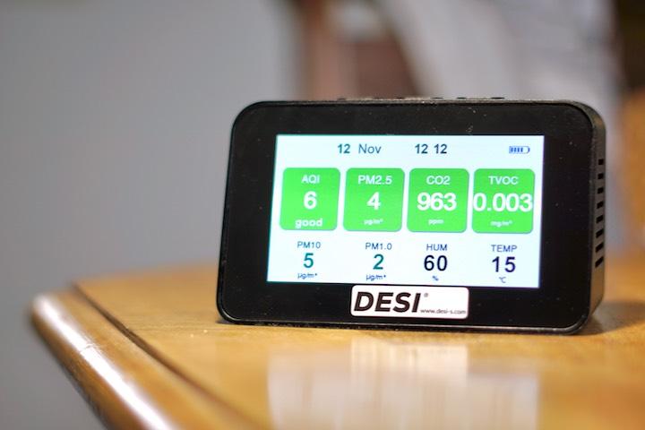 Bildschirm zeigt Luftqualitaet an