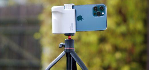 Blaues iPhone steht auf einem Stativ 520x245