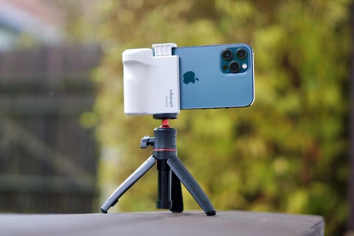 Blaues iPhone steht auf einem Stativ