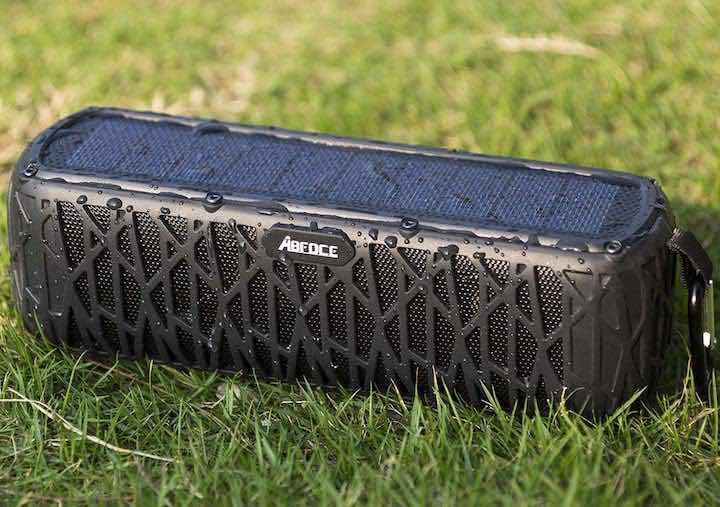 Bluetooth Lautsprecher mit Solarpanel im Gras