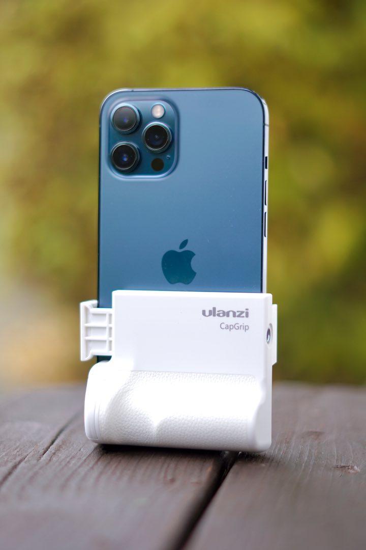 Cap Grip mit iPhone 12 Pro Max in blau