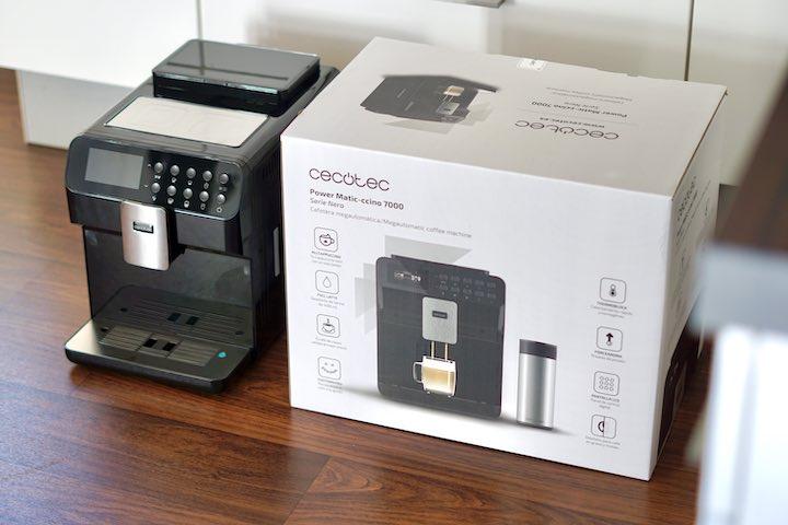 Cecotec Power Mati Ccino 7000 Kaffeemaschine steht auf dem Boden neben einer Verpackung
