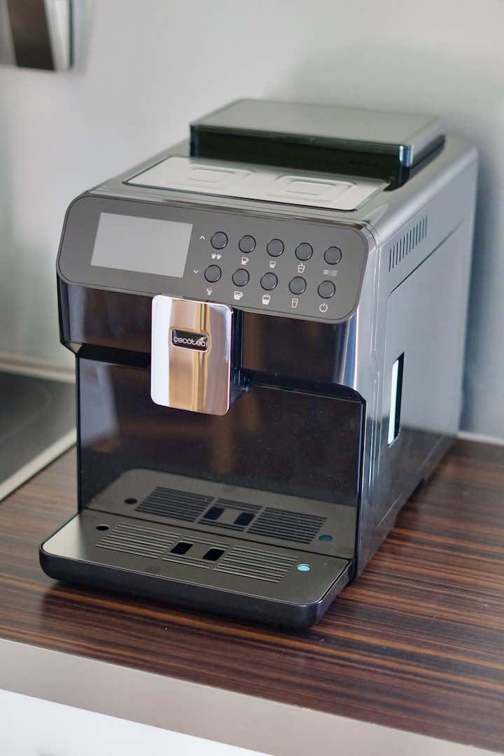 Cecotect Kaffeevollautomat steht auf braunem Untergrund