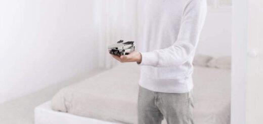 DJI Mavic Mini Drohne in der Hand gehalten Technik Gadgets 520x245