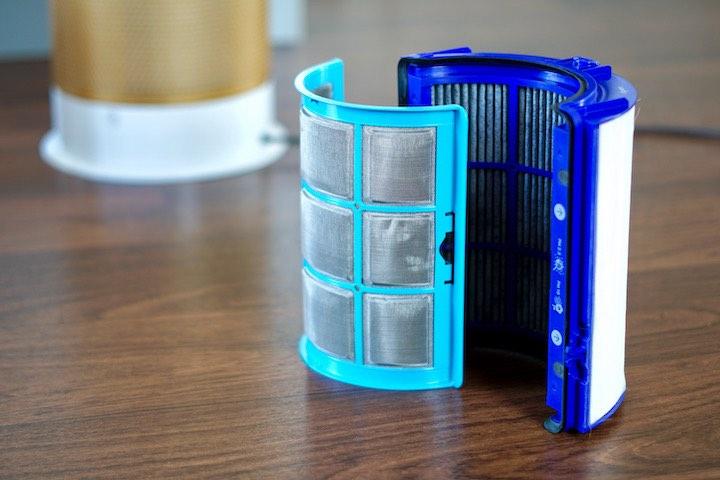 Dyson Filter in blau stehen nebeneinander