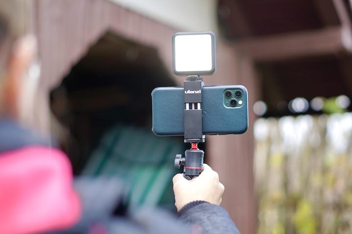 Frau vloggt mit Smartphone