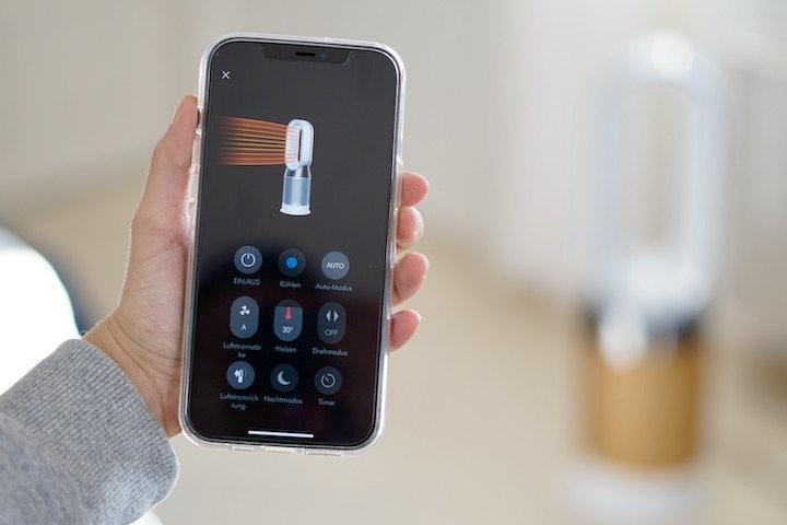 Hand haelt iPhone mit Dyson Link fest